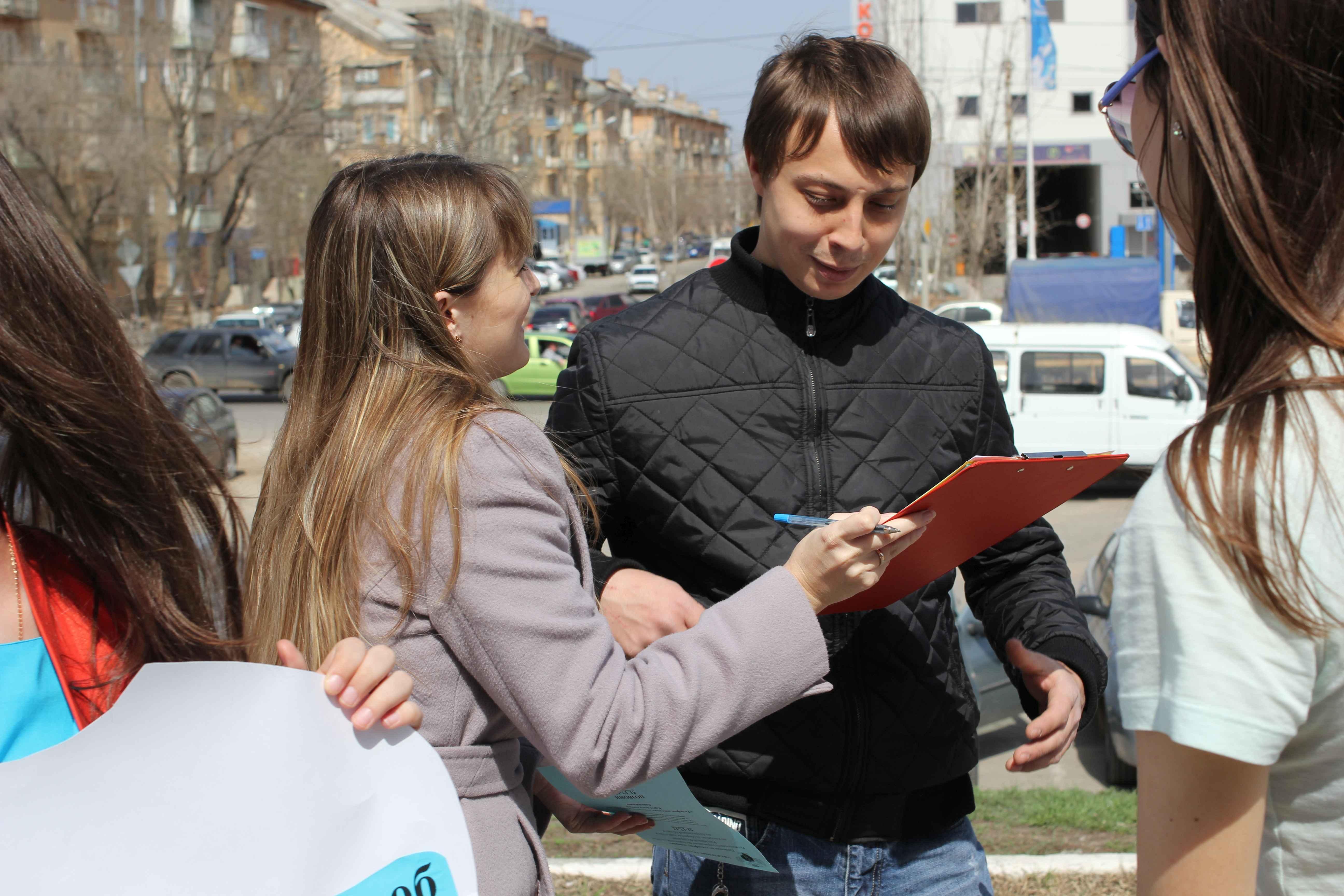 Кировские подростки получили первые штрафы за курение у школ