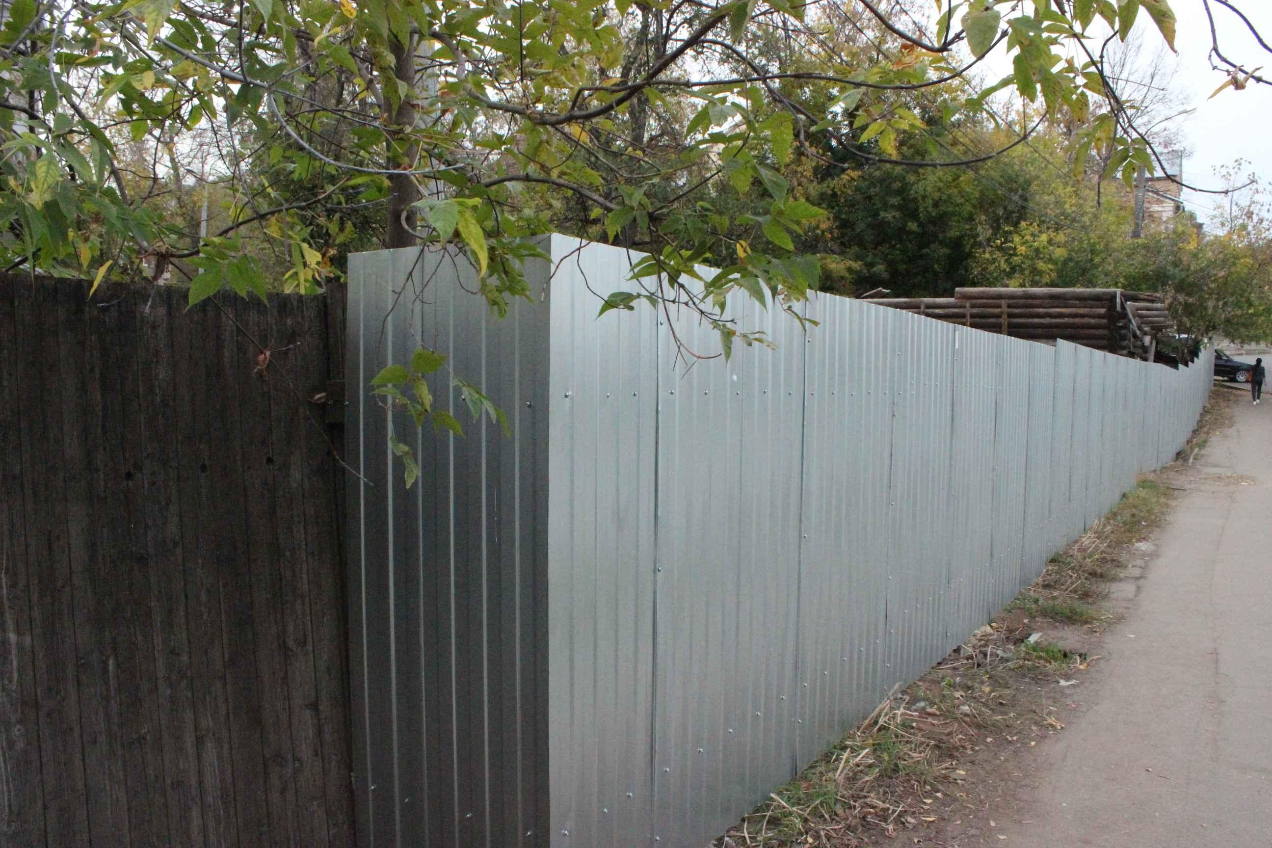 Вокруг мастерской Хохрякова возник новый забор