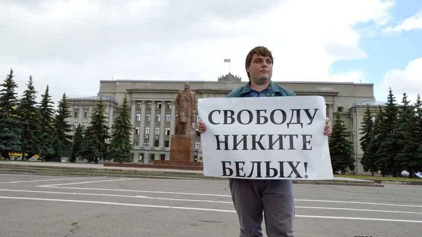 «Хоронивший» Никиту Белых общественник призвал освободить его из-под стражи