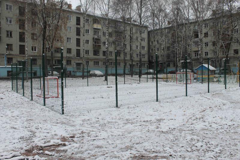 Иван Ургант высмеял кировскую спортплощадку без дверей