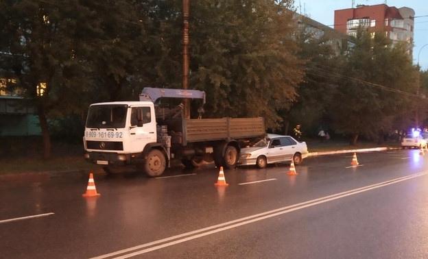 В Кирове «ВАЗ» врезался в грузовик: один пострадавший