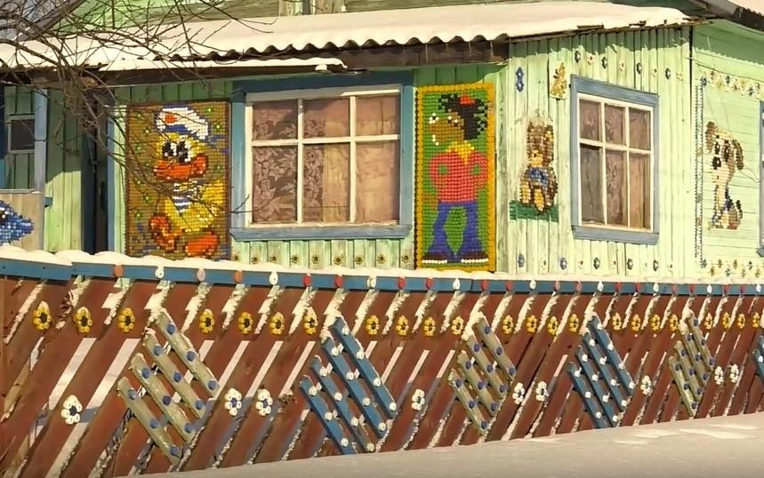 Пенсионерка из Кировской области украсила стены своего дома картинами из пробок
