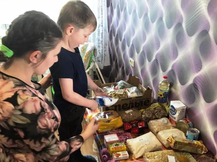 Депутат Рахим Азимов передал 2000 соцнаборов для многодетных семей региона