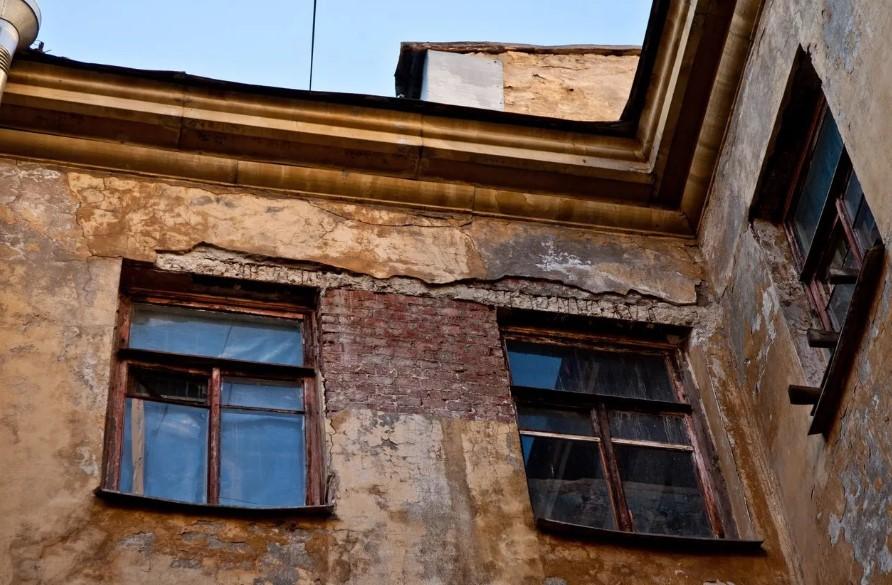 В Кировской области жильца переселили из одного аварийного дома в другой: почему так произошло