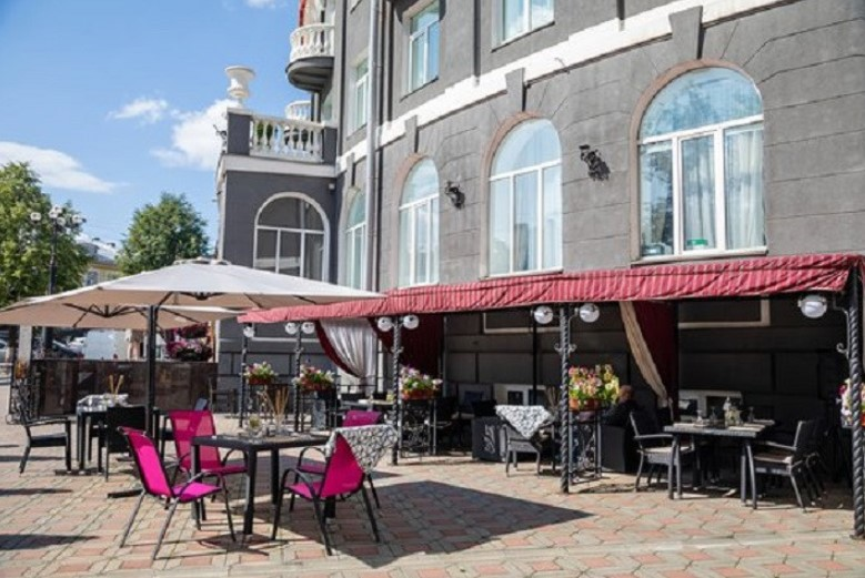 Администрация Кирова поменяла условия открытия летних кафе