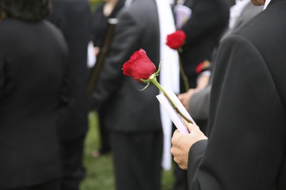 Что нельзя делать на похоронах родственника и как вести себя после его погребения