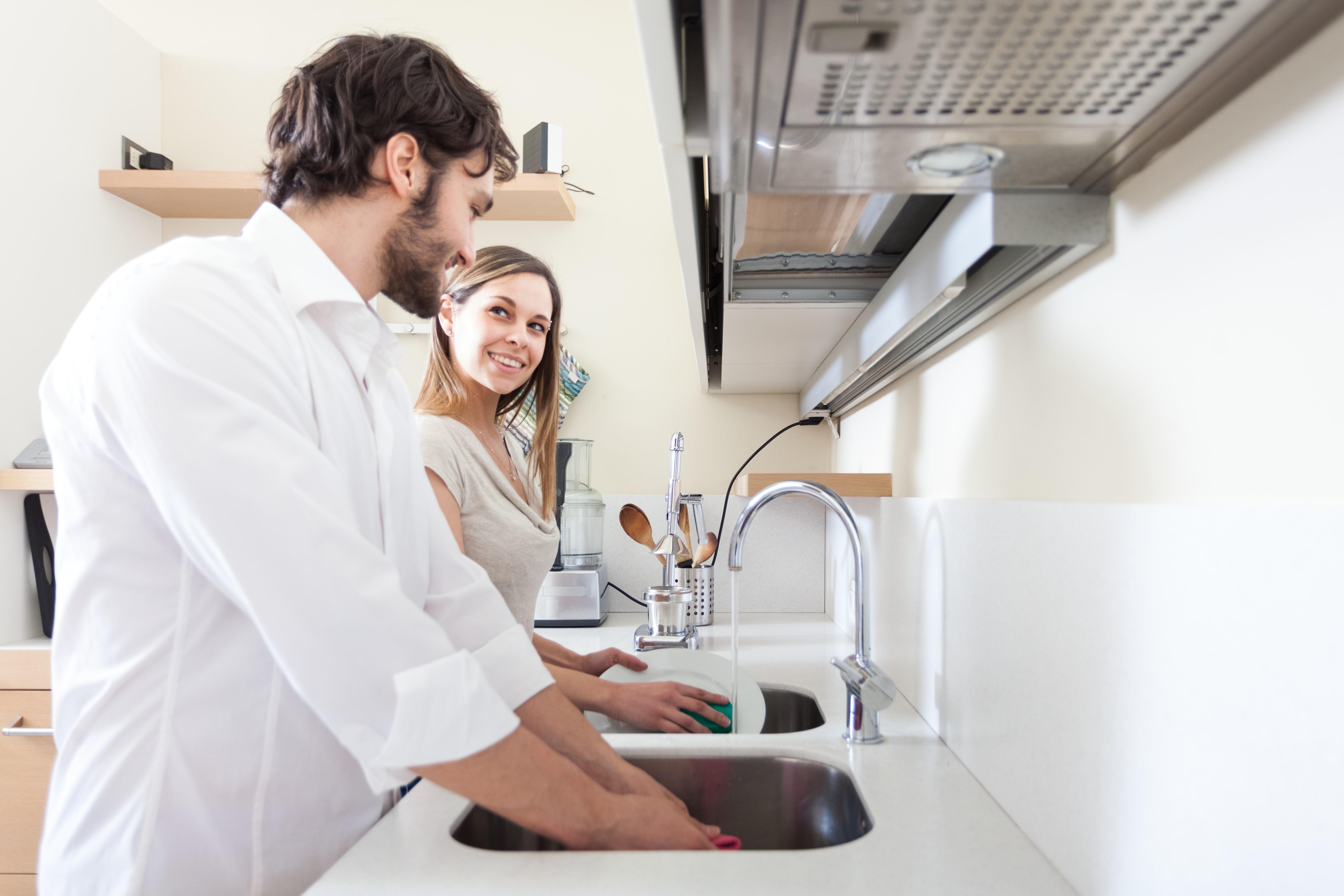 Почему нельзя мыть посуду в чужом доме
