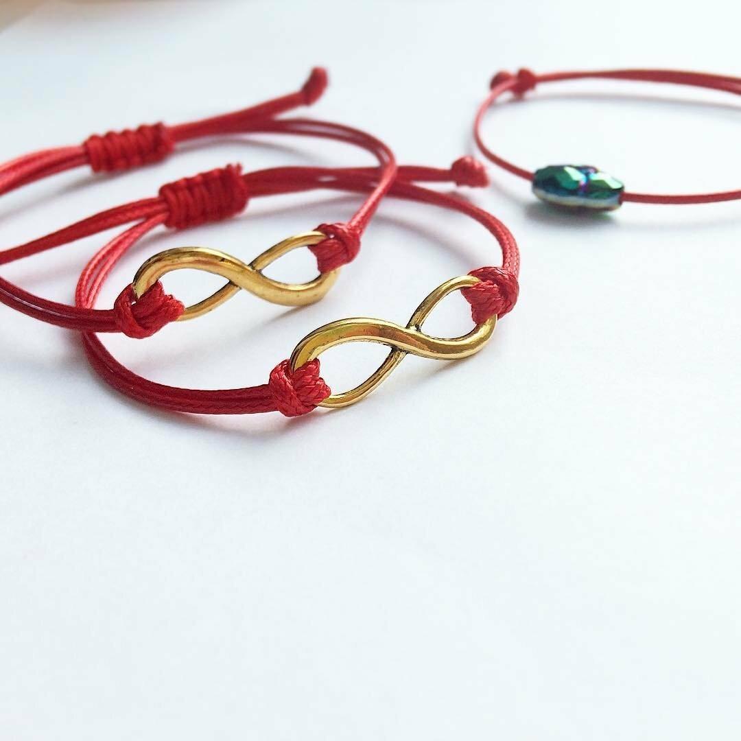 Почему люди носят красную нить с символом бесконечности