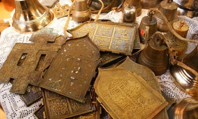 Как правильно избавляться от заговоренных вещей, икон или талисманов