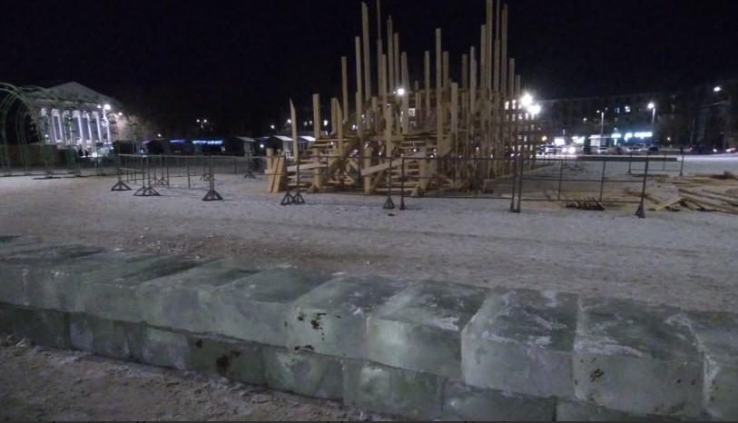 На Театральной площади началось строительство ледового городка